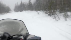 Il driver estremo di gatto delle nevi si muove velocemente lungo la pista stretta video d archivio