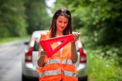 Il driver femminile dopo la sua automobile ha analizzato Immagine Stock