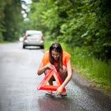 Il driver femminile dopo la sua automobile ha analizzato Fotografia Stock
