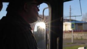 Il driver nella cabina del bus va sull'itinerario fuma mentre guida archivi video