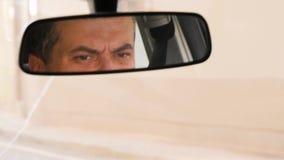 Il driver nello specchio di vista frontale Consapevolezza sulla strada, le regole della strada Città ed automobili di passaggio A video d archivio