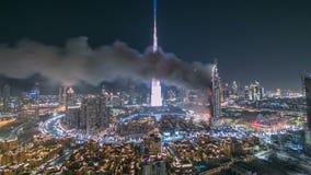 Il Dubai Burj Khalifa prima del timelapse di celebrazione dei fuochi d'artificio del nuovo anno 2016 e dell'incidente di fuoco al video d archivio