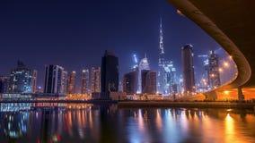 Il Dubai in città osservato sotto il ponte Immagini Stock Libere da Diritti