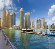 Il Dubai - i grattacieli e gli hotel del porticciolo e della passeggiata Immagini Stock