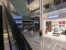Il Dubai i UAE febbraio 2019 - negozio di ovest nove dentro il centro commerciale del Dubai - il più grande centro commerciale de fotografia stock