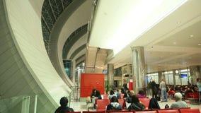 Il Dubai, UAE - 20 agosto 2014: Passeggeri all'aeroporto nel Dubai Immagini Stock Libere da Diritti