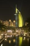 Il Dubai UAE colourfully ha acceso l'icona di fama mondiale del Dubai dell'hotel di Burj Al Arab Fotografie Stock Libere da Diritti