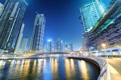 IL DUBAI, UAE - 5 DICEMBRE 2016: Costruzioni e notte del porticciolo del Dubai Immagine Stock