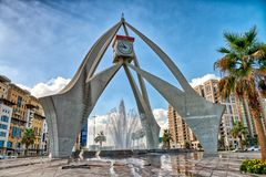 IL DUBAI, UAE - 10 DICEMBRE 2016: Rotonda della torre di orologio della città sulla a fotografia stock