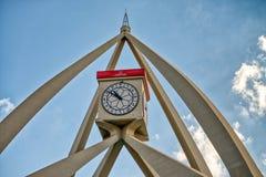 IL DUBAI, UAE - 10 DICEMBRE 2016: Rotonda della torre di orologio della città sulla a immagini stock libere da diritti
