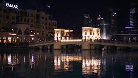 IL DUBAI, UAE - GENNAIO 2018: Fontana vicino a Burj Khalifa illuminato dalla città stock footage