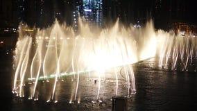IL DUBAI, UAE - GENNAIO 2018: Fontana vicino a Burj Khalifa illuminato dalla città archivi video
