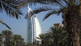 Il Dubai, Uae - 21 gennaio 2018: Madinat Jumeirah con l'arabo di Al di Burj sui precedenti stock footage
