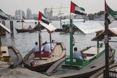 IL DUBAI, UAE - 18 GENNAIO 2017: Pilastri del taxi tradizionale dell'acqua Fotografia Stock