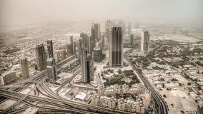 Il Dubai, UAE - 2 giugno 2013: Vista sul Dubai dall'più alta torre nel mondo, Burj Khalifa - Dubai sotto la polvere del deserto Fotografia Stock
