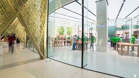 IL DUBAI, UAE - MAGGIO 2017: La gente commovente Apple di Timelapse immagazzina nel centro commerciale del Dubai video d archivio