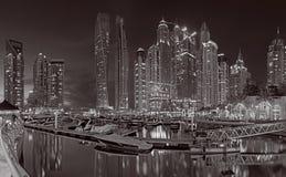IL DUBAI, UAE - 25 MARZO 2017: Le torri del porticciolo di sera Immagini Stock Libere da Diritti