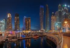 IL DUBAI, UAE - 25 MARZO 2017: Le torri del porticciolo di sera Immagini Stock