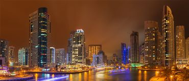 IL DUBAI, UAE - 25 MARZO 2017: Il porticciolo notturno Fotografia Stock Libera da Diritti