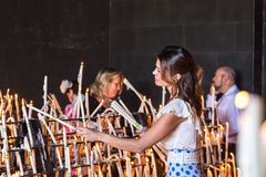 Il EL Rocio, donne della Spagna 22 maggio 2015 accende le candele al festival di Romeria EL Rocio Fotografie Stock Libere da Diritti