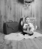 Il enfant dans le panier du ballon joue, noir et blanc Image stock