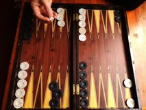 Il est comment jeter des matrices, heure de jouer au backgammon photos libres de droits