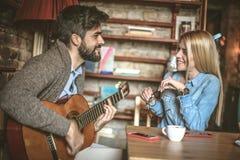 Il est si romantique quand votre guitare de jeu d'ami pour vous Image stock