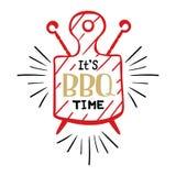Il est temps de BBQ Logo de hippie et emblème d'un barbecue de restaurant sur le fond d'une planche à découper et des brochettes  Images stock