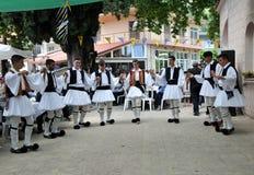 Il Evzones con la loro uniforme tradizionale in Grecia immagine stock libera da diritti