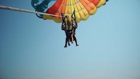 Il excatment di divertimento dell'adrenalina della famiglia prima decolla alla navigazione di para con una corda tirata in barca fotografia stock libera da diritti