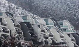 Il exteriior di una costruzione futuristica dalla riva del fiume fotografia stock