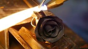 Il fabbro fa un ferro è aumentato L'uomo fa una rosa da ferro video d archivio