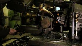 Il fabbro fissa una billetta rotonda del metallo in una lama a nastro di contorno stock footage