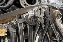 Il fabbro foggia le chiavi ed il primo piano delle pinze Fotografie Stock
