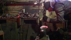 Il fabbro in una fucina forgia un ferro di cavallo archivi video