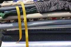 Il fabrick delle tessile ha impilato il nastro giallo del tester Immagine Stock