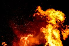 Il falò rugge con le fiamme enormi su Guy Fawkes Night Fotografia Stock Libera da Diritti