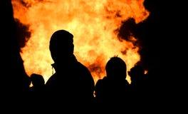Il falò rugge con le fiamme enormi su Guy Fawkes Night Immagine Stock