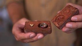 Il falegname di talento decora la sua piccola barca di legno stock footage