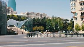Il ` famoso delle torri della fiamma del ` nella capitale Bacu del ` s dell'Azerbaigian Alti e bei grattacieli blu a Bacu video d archivio