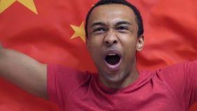 Il fan cinese celebra la tenuta della bandiera della Cina al rallentatore stock footage