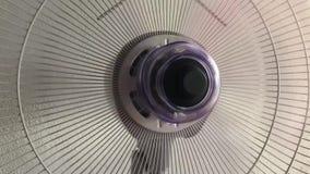 Il fan da tavolino per continua fino al rallentamento di rotazione dell'elica video d archivio