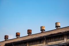 Il fan dello sfiato è sul tetto di vecchia fabbrica con il fondo del cielo blu fotografie stock