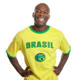 Il fan di calcio brasiliano è pronto per dà dei calci a fuori fotografia stock libera da diritti