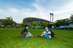 Il fan di calcio tailandese di due uomini che aspetta la partita di calcio Fotografie Stock Libere da Diritti