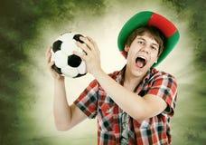 Il fan portoghese grida fortemente sui precedenti di colori del brasiliano Immagini Stock Libere da Diritti