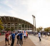 Il fan tailandese stava aspettando la partita di calcio Immagini Stock