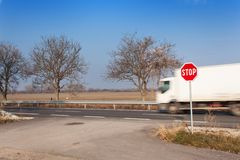 Il fanale di arresto alle strade trasversali Strada rurale Esca sulla strada principale Strada principale Strada pericolosa Ferma Fotografia Stock