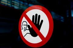 Il fanale di arresto con la mano Immagini Stock Libere da Diritti