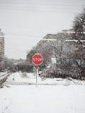 Il fanale di arresto su una strada nevosa Fotografie Stock Libere da Diritti